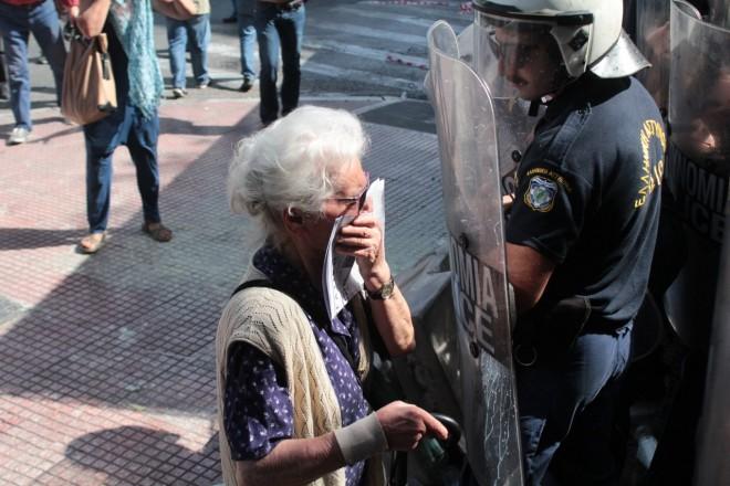 ВГреции полиция применила слезоточивый газ против пенсионеров