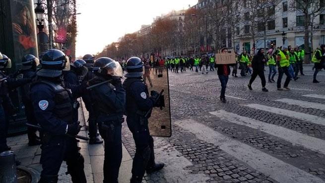 Протесты «желтых жилетов»: Макрон призвал к разговору