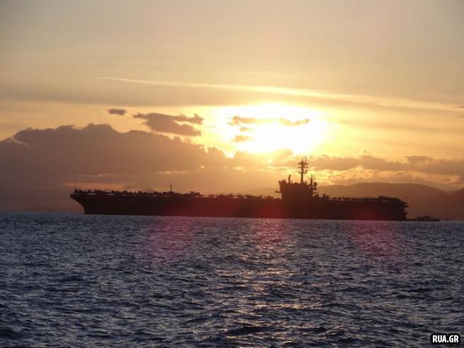 """Громада авианосца """"Джордж Буш""""  сегодня   стоит на рейде греческого порта Пирей"""