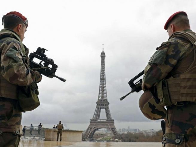 Около Эйфелевой башни задержали мужчину, выкрикивавшего 'Аллах акбар'